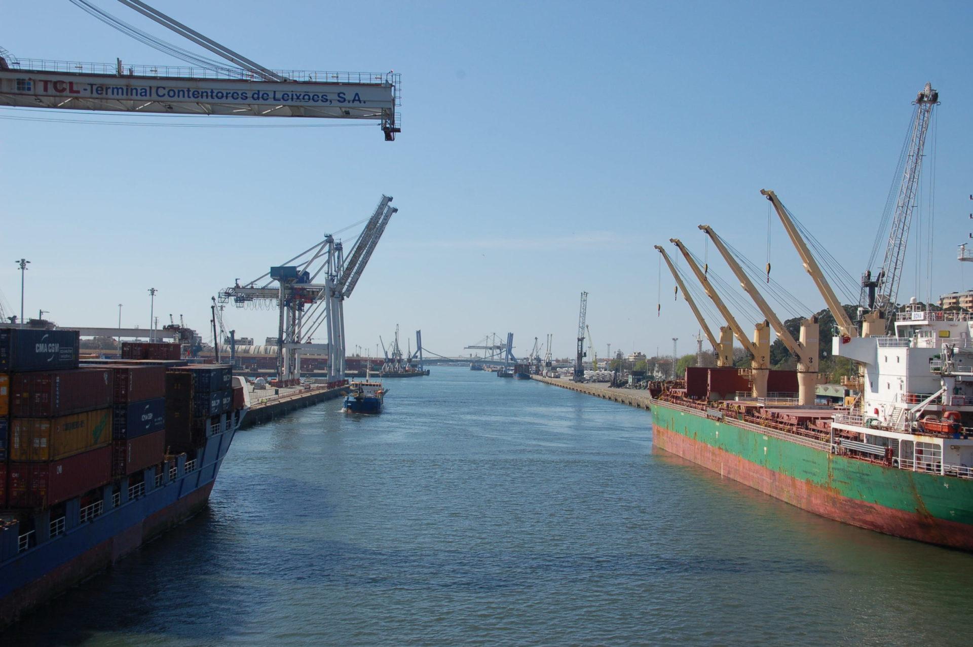 contentores marítimos em puerto